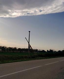 Quel campanile nascosto dalla torre eolica