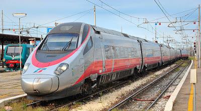 Foggia in piazza contro il treno veloce Bari-Roma. Ma in ordine sparso.