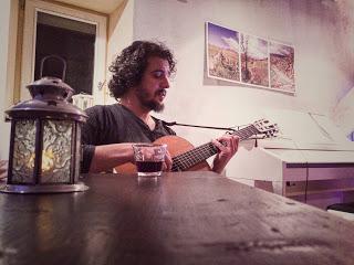 La Carpinese, archetipo che canta con la voce e la chitarra di Aronne Dell'Oro