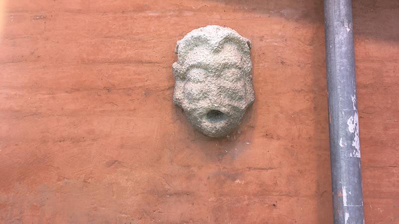 Torna a sorridere il mascherone di piazza XX settembre